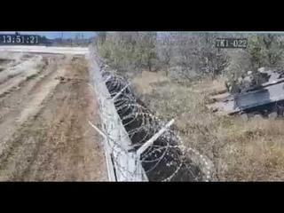 В Волгограде пьяные солдаты-срочники на БМП заехали на территорию аэропорта, протаранив забор