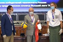 Игорь Артамонов вручил волейболисткам «Липецка» золотые медали