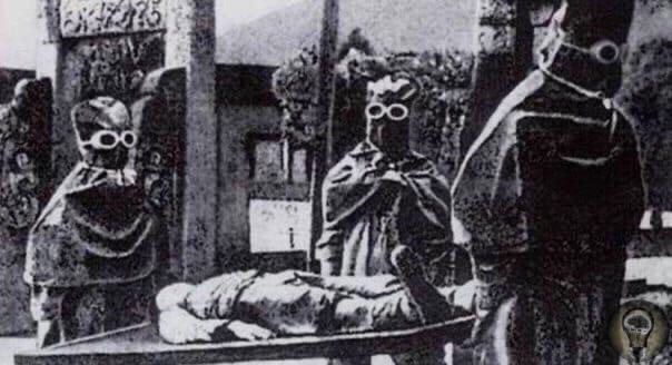 Один из опытов «Отряда 731»: «В вакуумную барокамеру поместили подопытного и стали постепенно откачивать воздух, вспоминал один из стажеров отряда Исии. По мере того , как разница между наружным