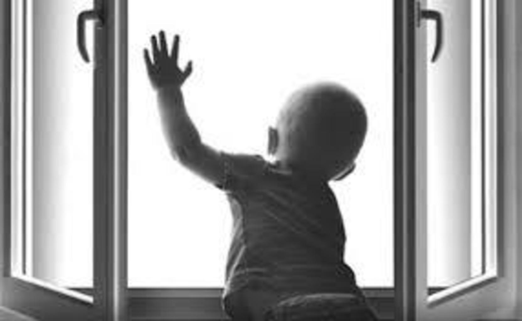 В КЧР ребенок выпал из окна