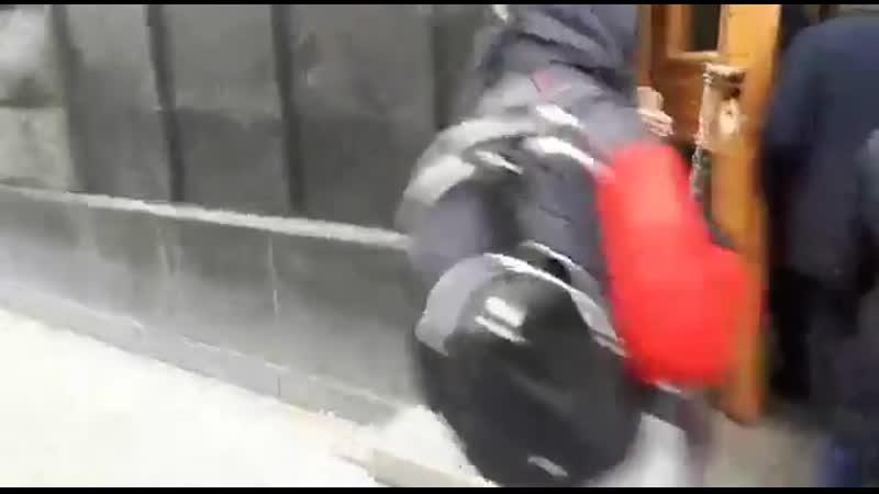 🕸 В Москве задержали активиста который приковал себя наручниками к зданию ФСБ и держал плакат с подписью сидим за сеть