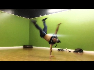 | << Slow-Motion Cut of Bboy Deco from Body Carnival | <<