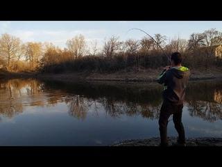 ТРОФЕЙНАЯ ЩУКА У ДОМА НА СПИННИНГ. Весеняя ловля щуки на блесну рядом с домом в небольшом озере.