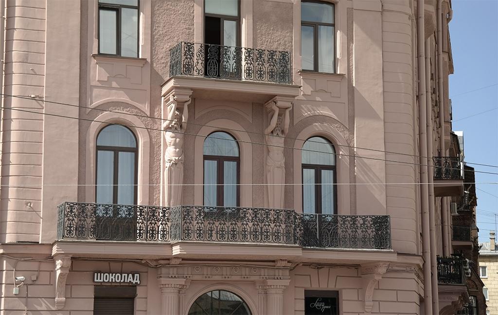 Фигурки на доме, Петроградка 2020