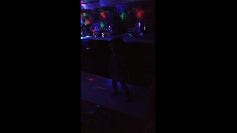 танцует Василиса саша подпевает дай мне своё дыханье