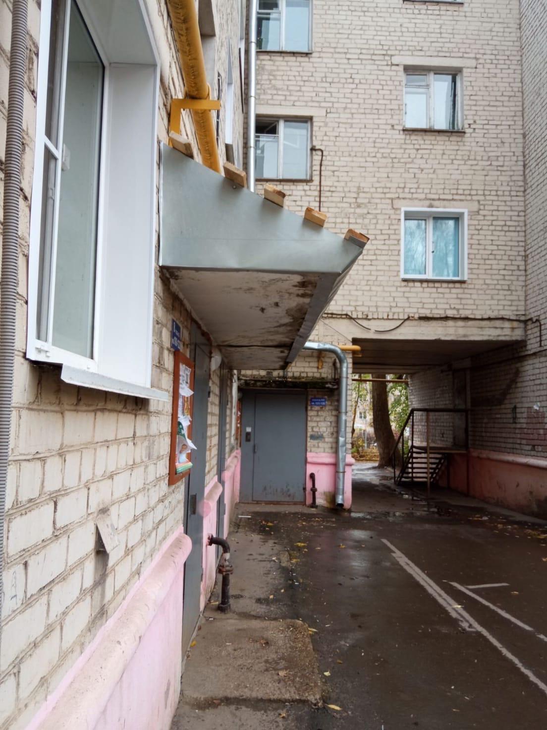 Октябрьский 34- ремонт козырьков подьездов 7-8