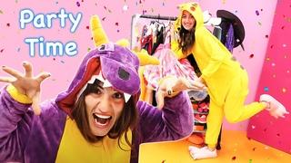 Unicorn et Shark se préparent pour la soirée. Les costumes de fête. Vidéo drôle pour enfants.