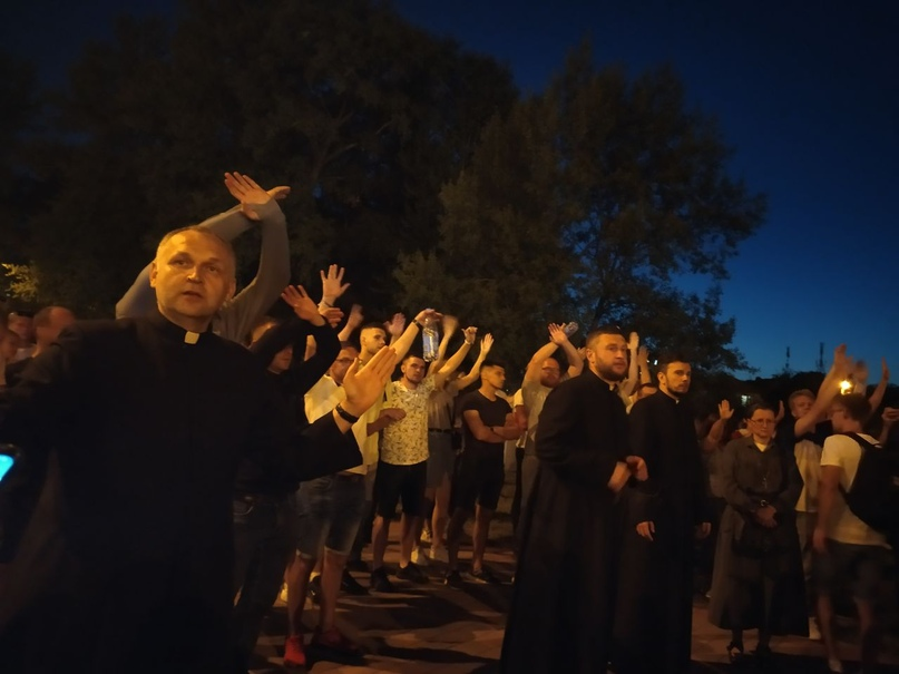Священники и волонтеры не пускают толпу к ИВС Окрестина. Мотивируют тем, что по протестующим откроют стрельбу, а узников Окрестина будут бить сильнее. 17 августа, Минск