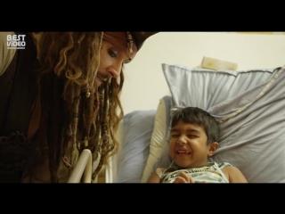 Джони Депп в образе капитана Джека Воробья посетил детскую больницу, провел там более 5 часов, уделяя время каждому ребенку.
