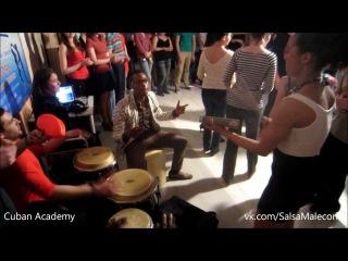 Cuban fan with live music. Yoandy Villaurrutia & Diana Rodriguez