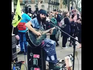 Иногда, чтобы играть в рок-группе группа не нужна (смотри со звуком, это очень круто)