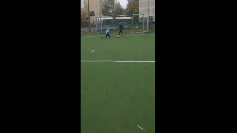 Витюша и Алёша играют в мячик