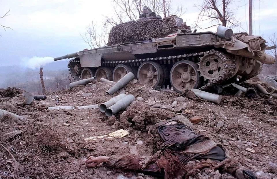 Обстрел позиций боевиков из танка. Фото: Владимир ВЕЛЕНГУРИН