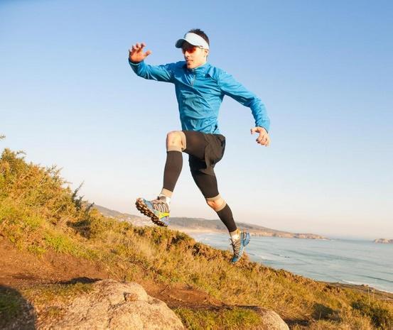 На некоторых беговых дорожках есть настройки, которые помогают пользователям бегать так, как они бегали бы на улице, например, бегать в гору.