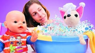 El bebé Pablito y Chi Chi Love se bañan con espuma. Juguetes de agua. Como mamá