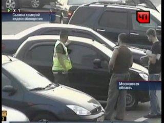 Мать оставила своего ребенка в машине на парковке пока делала покупки