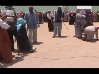В Судане как мы знаем очень сильно распостранилось колдавство один шейх воспользовался собранием мусульман и решил прочитать рукиа в микрафон Реакция окружающих  смотрите в видио