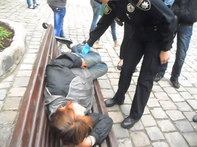Львів поліцейські будять пяну жінку