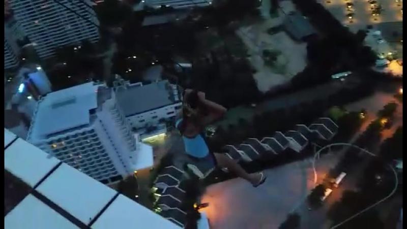 Отель с видом на весь город и её окрестности с обзорной башней и аттракционами Спуск с высоты 55 этажа я это сделала