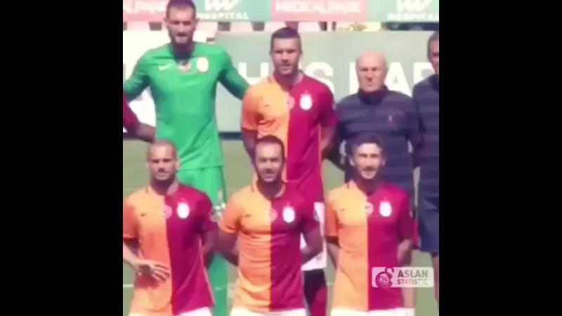 EmreÇolak Sneijder 'in göbeğini gösteriyor WesleySneijder sinirleniyor Emre daha sonra TarıkÇamdal 'a
