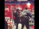 Shah Rukh Khan la cumparaturi in aeroportul Heathrow din Londra saptamana trecuta