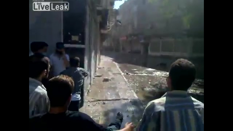 Сирия.Шальная пуля попадает демонстранту в паховую область,пригород Дамаска,Арбин.2011.