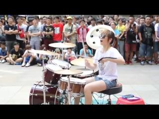 Обычная толи Корейская или Китайская девченка. Классно стучит на барабанах.