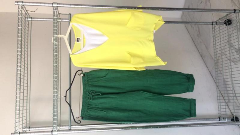 Зелёные брюки, желтый свитшот с майкой