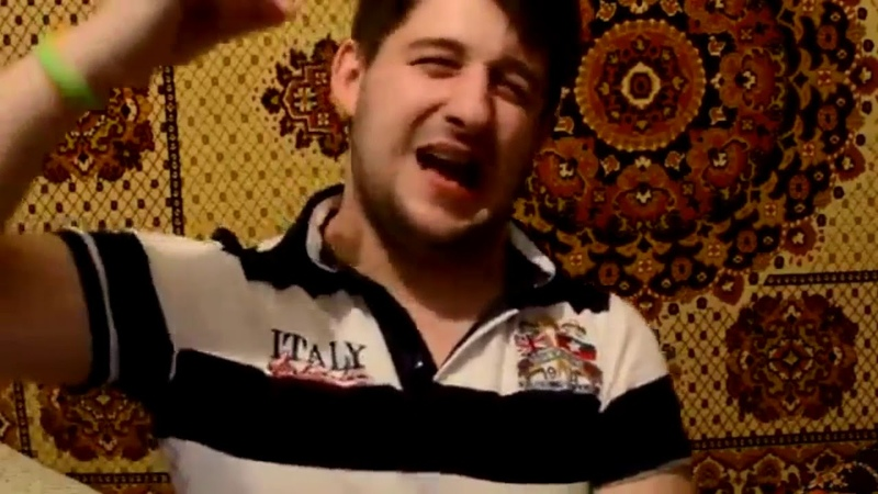 Кирилл Атаманюк в лифчике танцет сексуальный танец!