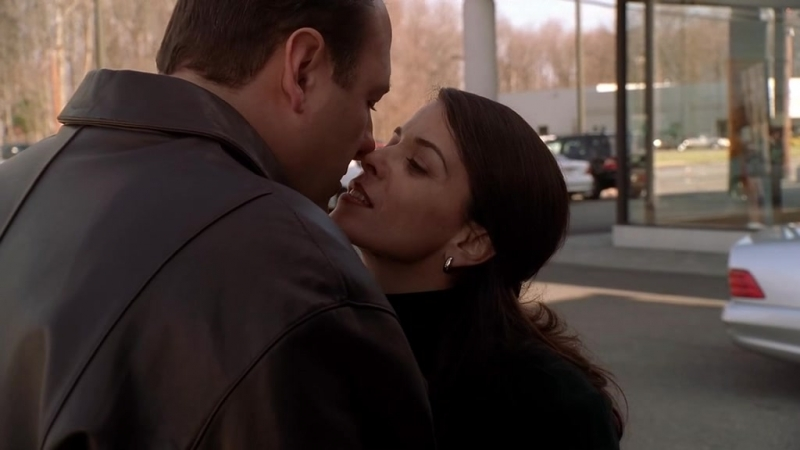 (S03E09)_12 Тони заехал к Глории на работус подарком и пытался выкрасть её на поебок