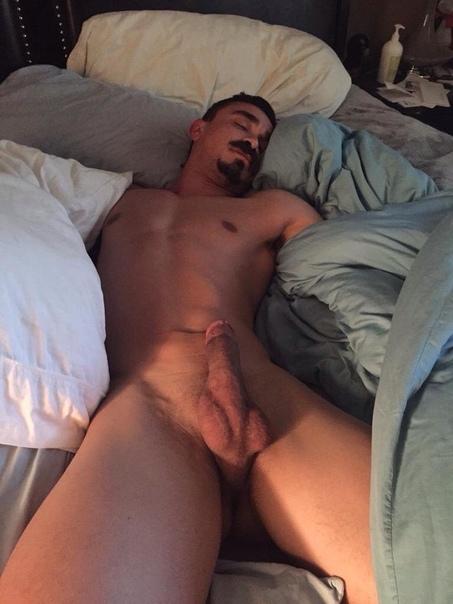 Girl plays with sleeping guys dick — photo 6