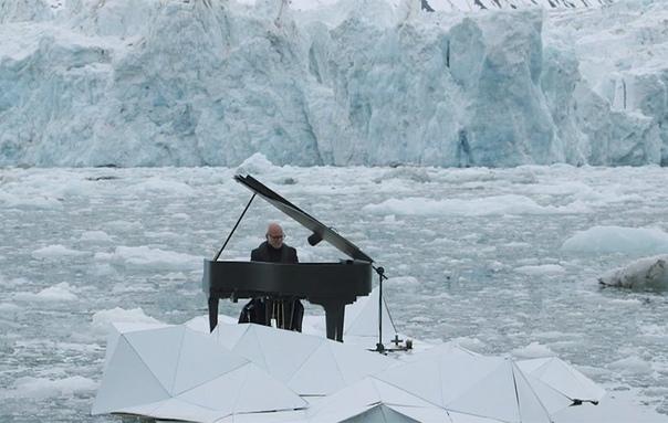 Композитор Людовико Эйнауди играет на рояле в Северном Ледовитом океане. 2016 год. Итальянский композитор Людовико Эйнауди исполнил свою композицию «Арктическая элегия» («Elegy for the Arctic»),