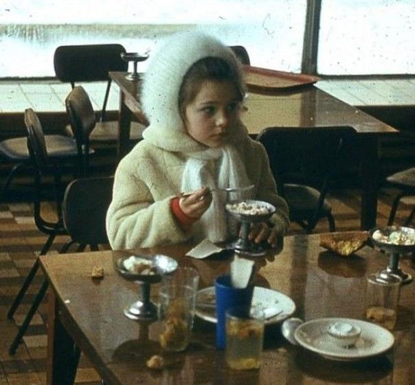Девочка. Кафе. Мороженое... Самое узнаваемое на этом фото - железные вазочки для мороженого и..... шапочка  Правда