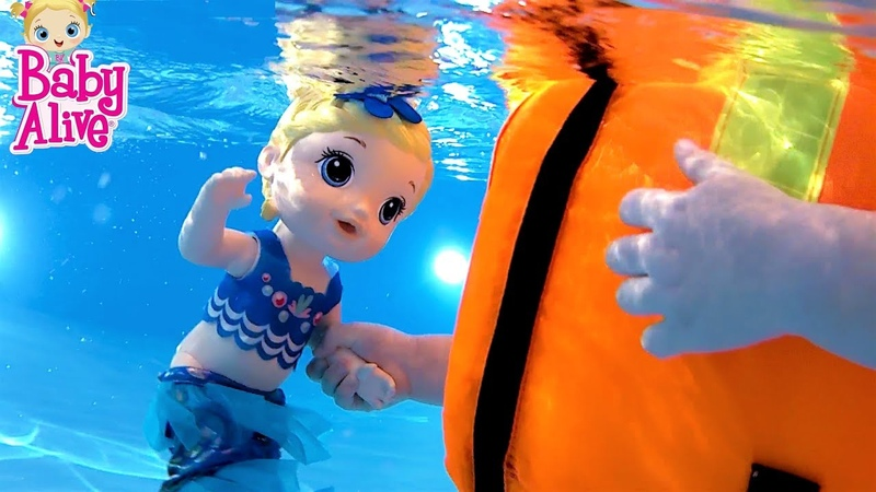 КУКЛЫ ПУПСИКИ Приключения Беби Элайв в аквапарке! Плавает под водой. Видео для детей