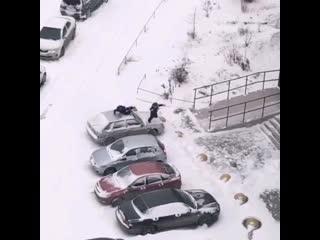 Дети прыгают в снег с припаркованных автомобилей