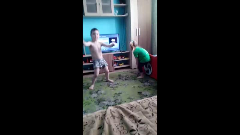 дети жгут резину