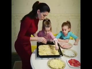 Хозяйка на Всю Голову () готовим ужин вместе
