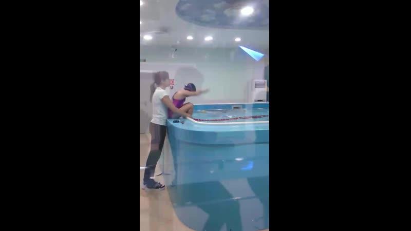 Даша плавает