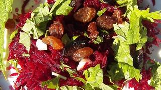 Свекольный очищающий салат с крапивой
