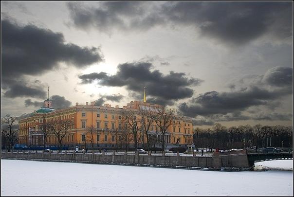В экспозиции Государственного Эрмитажа в Санкт-Петербурге выставлена золотая табакерка XVIII века
