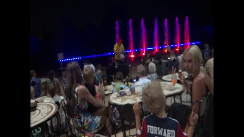 Шоу танцующих фонтанов перед представлением