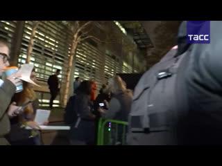 . и lowkey присоединяются к лондонским протестам в поддержку ассанжа