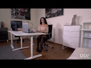 Daphne klyde-staff fucker boss blows cum on secretary's sexy feet