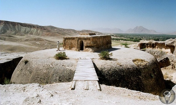 Мес Айнак загадочные древние сооружения Мес Айнак комплекс древних буддийских сооружений, который находится недалеко от Кабула столицы Афганистана. Мей Айнак расположен в горах, на высоте более