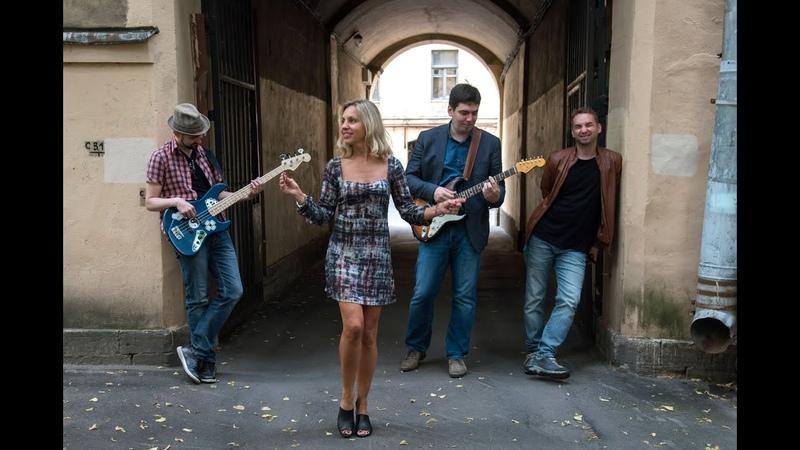 Roadhouse band Blues woman Debbie Davis