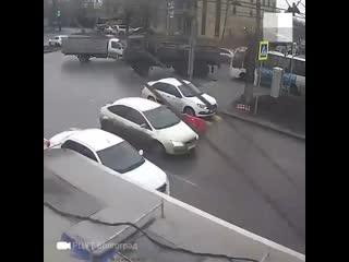 Волгоградская драма об одном дне из жизни дорожного блока, который рабочие установили у канализационного люка