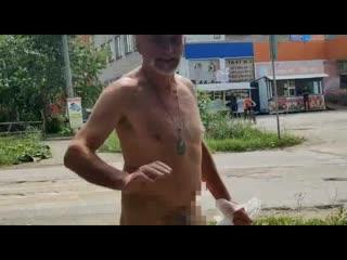 Голый мужик в Невьянске ходит по магазинам!