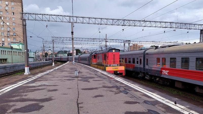 Тепловоз ЧМЭ3э 6727 подаёт под посадку фирменный поезд