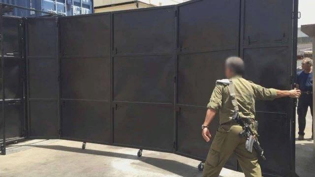 Для быстрого реагирования на внезапную угрозу компания Mifram предлагает быстроустанавливаемую металлическую стену длиной 12 м Garmoshka