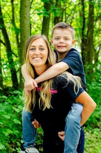8-летний мальчик подхватил редкий и опасный тип вируса, который уничтожил часть клеток его печени Его положили в больницу, где была нужна срочная операция по пересадке.Одна из медсестёр не